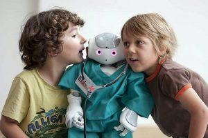 Abb. 4: Soziale Interaktion zwischen Roboter und Kindern im Projekt ALIZ-E; Foto: ALIZ-E project